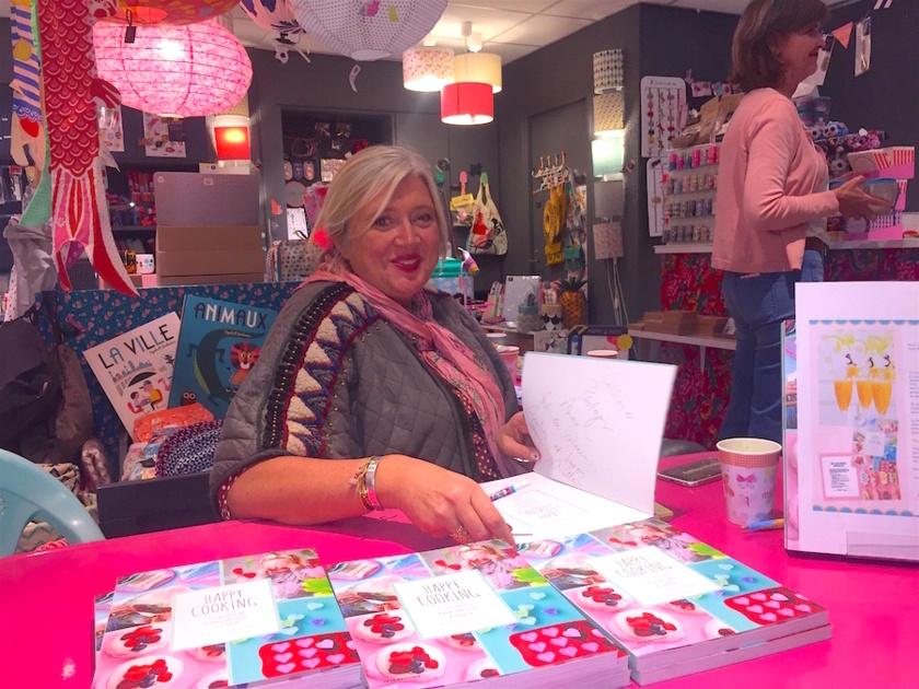 """Charlotte Hedeman Gueniau en dédicace au magasin """"Au Pays des Miniz"""" à Annecy"""