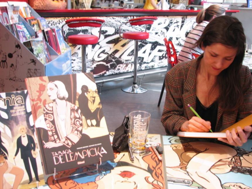 Daphné Collignon qui dédicace « Calpurnia » chez BD Fugue Annecy ©Paul Rassat