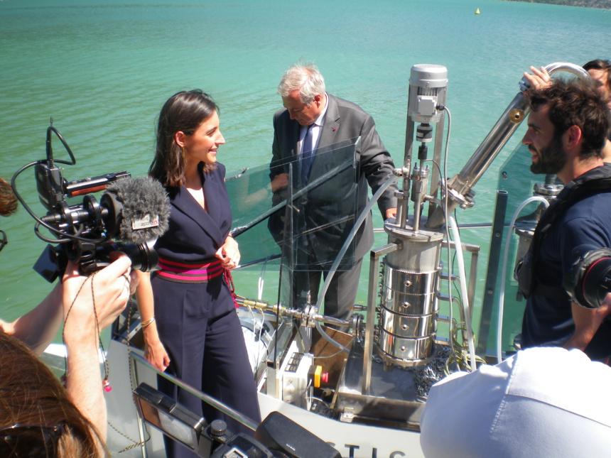 Mme Brune Poirson sur le bateau de la Plastic Odyssey avec le Préfet de Haute-Savoie