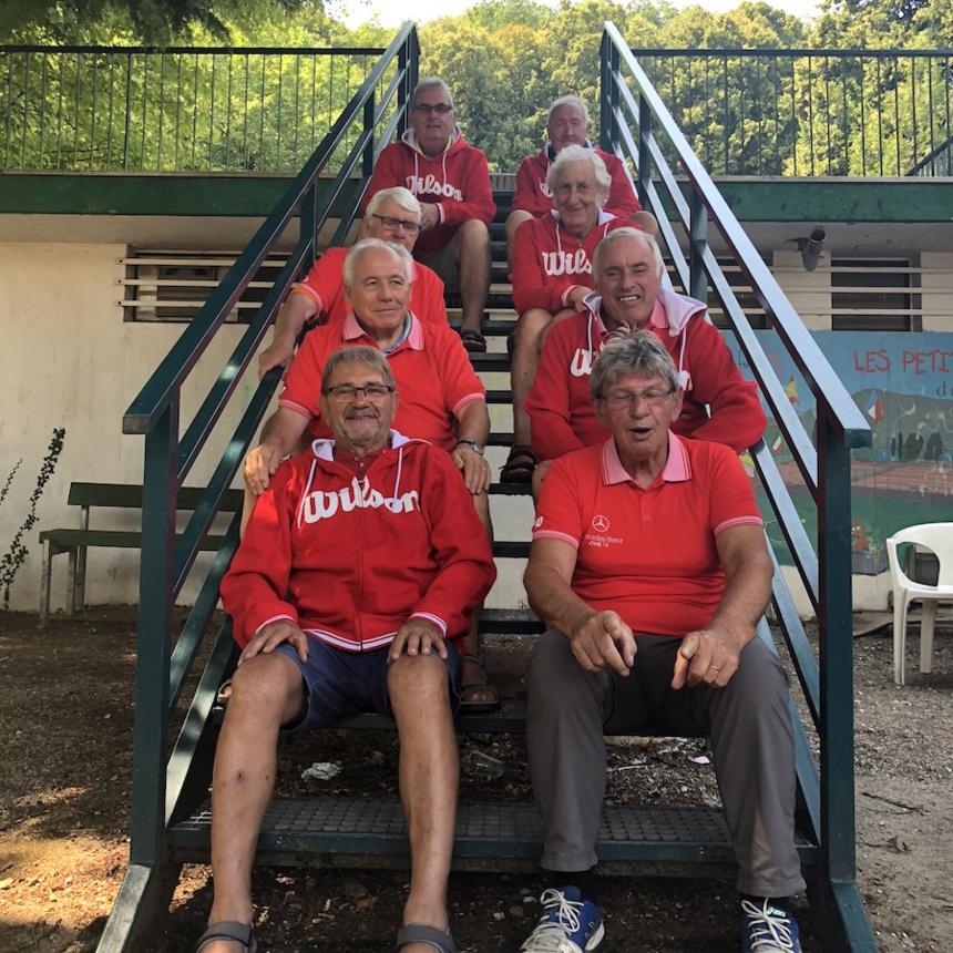 Tournoi de Tennis des Petits Princes 2018 / l'équipe des bénévoles qui assure l'entretien des courts ©DR