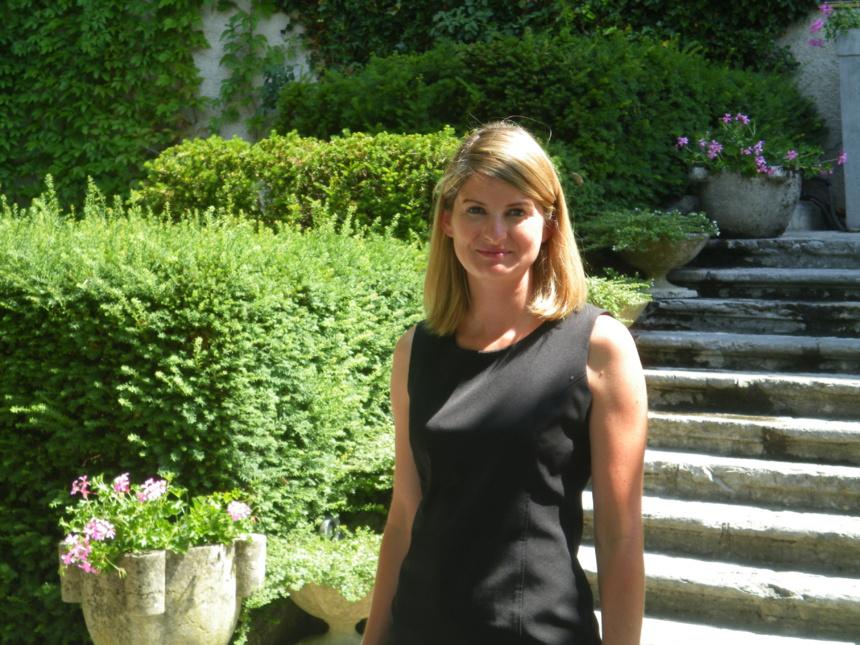 Mme Isabelle Chauvris devant l'Abbaye