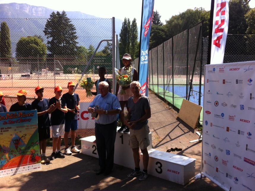 M. Pierre Lambert, Préfet de Haute-Savoie et passionné de tennis avec les filles finalistes
