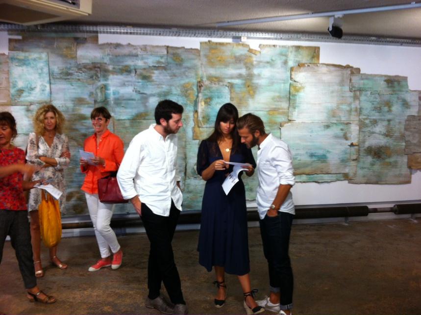 FResque de gens avec artiste à droite devant fresque du temps par l'artiste