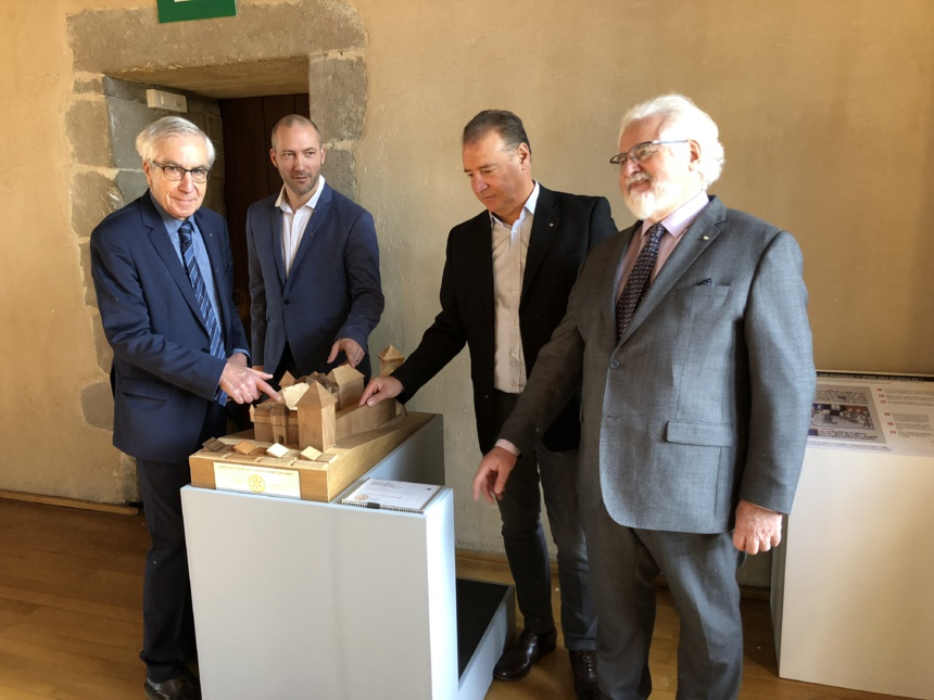 Les représentants des Rotary-clubs / Le château-musée d'Annecy sur le bout des doigts / Une maquette pour découvrir le monument avec tact ©Château d'Annecy