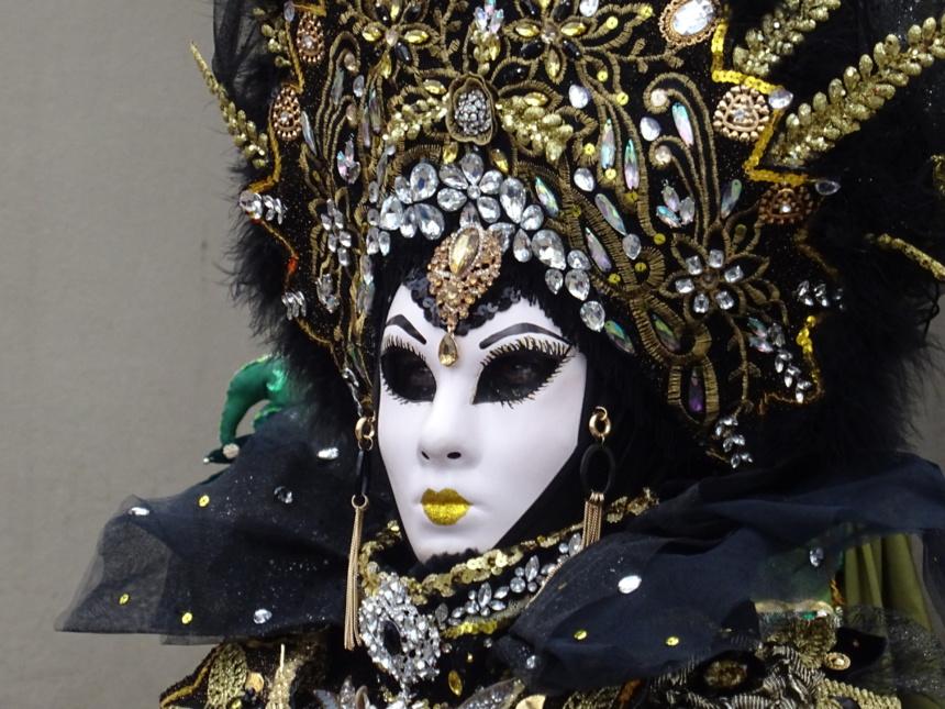 Des perles de lumière alors que le ciel se couvre - Carnaval Vénitien Annecy ©Paul Rassat