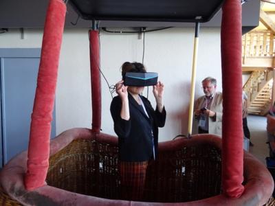 Annabel André Laurent, vice présidente, les pieds bien ancrés dans la région et la tête dans la réalité virtuelle, sous le regard amusé d'André Montaud, président de Thésame ©Damien Tiberio