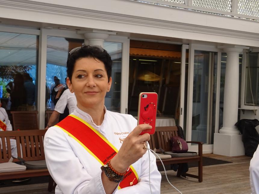 Valerie Cristina, venue de Lyon, couve du regard son apprenti.