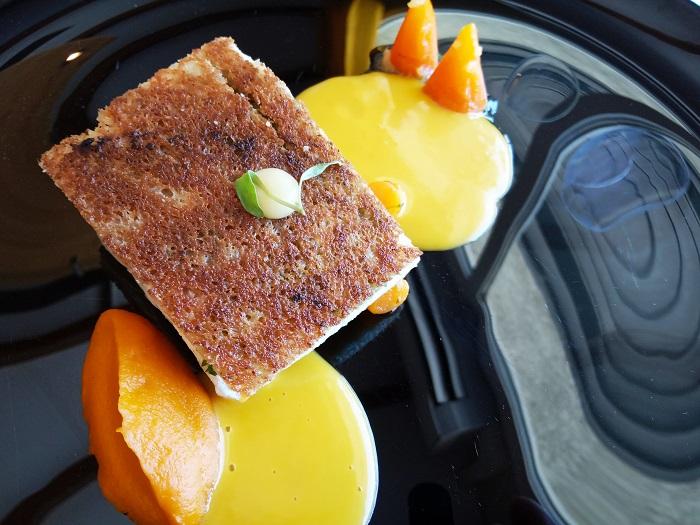Omble chevalier à l'unilatérale et palette de carottes en accompagnement