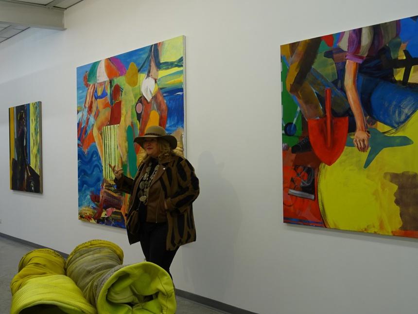 Françoise Besson.Oeuvres d'Awena Cozannet au 1° plan et de Daniel Clarke sur le mur
