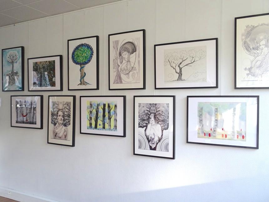 Et la forêt d'oeuvres exposées enroule ses racines dans l'escalier voisin jusqu'à l'étage ©Paul Rassat