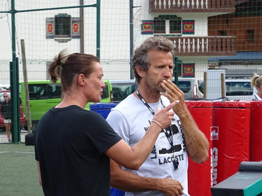 Fabien Galthié et Corinne Diacre sur le terrain avec Les Étoiles du Sport à Tignes ©Paul Rassat
