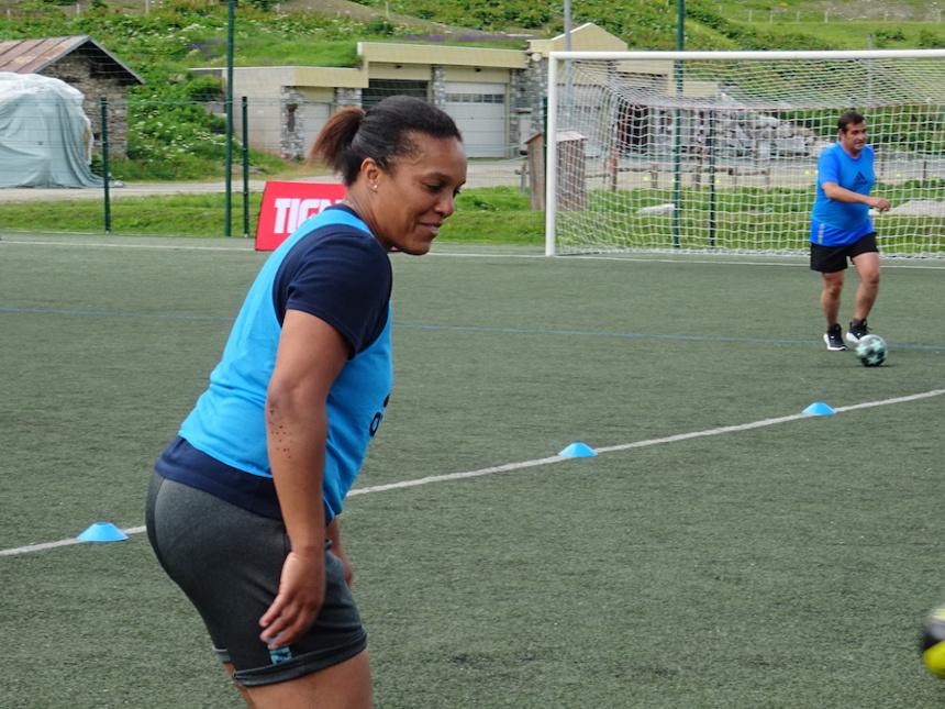 Lucie Decosse sur le terrain avec Les Étoiles du Sport à Tignes ©Paul Rassat