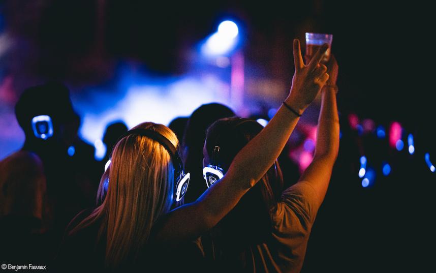 """Cloture de soirée en mode """"silent party"""" : des casques interconnectés pour réduire le son extérieur ©Benjamin Fauvaux"""