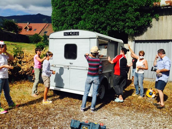 Ponçage de la camioginguette par les bénévoles d'Agitateurs de rêves, été 2015