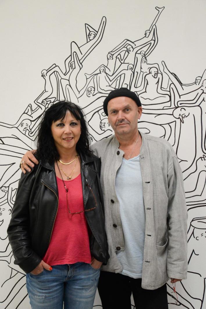 Nathalie et Jean-Marc Le Testu, devant la fresque de Fergus Sindall ©AuroreFossardDeAlmeida