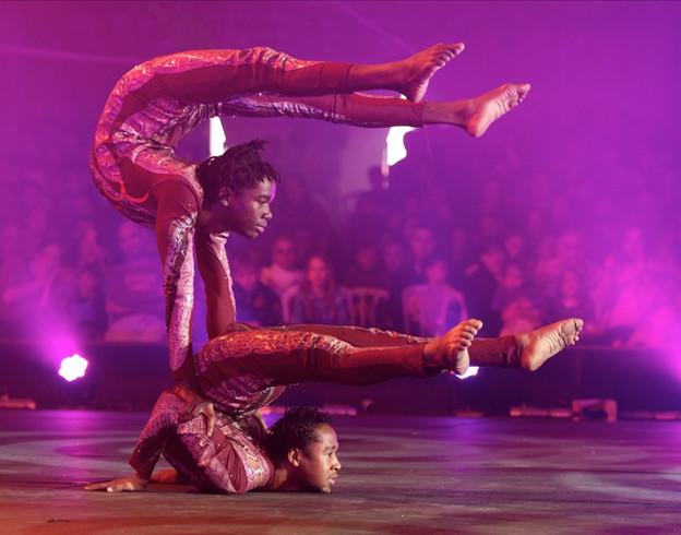 Légende Africaine, contorsion et équilibre, Duo Maasaï / Copyright Cirque Medrano