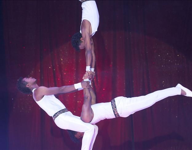 Equilibre renversant avec les African Golden Troup / Copyright Le Grand Cirque Sur l'Eau