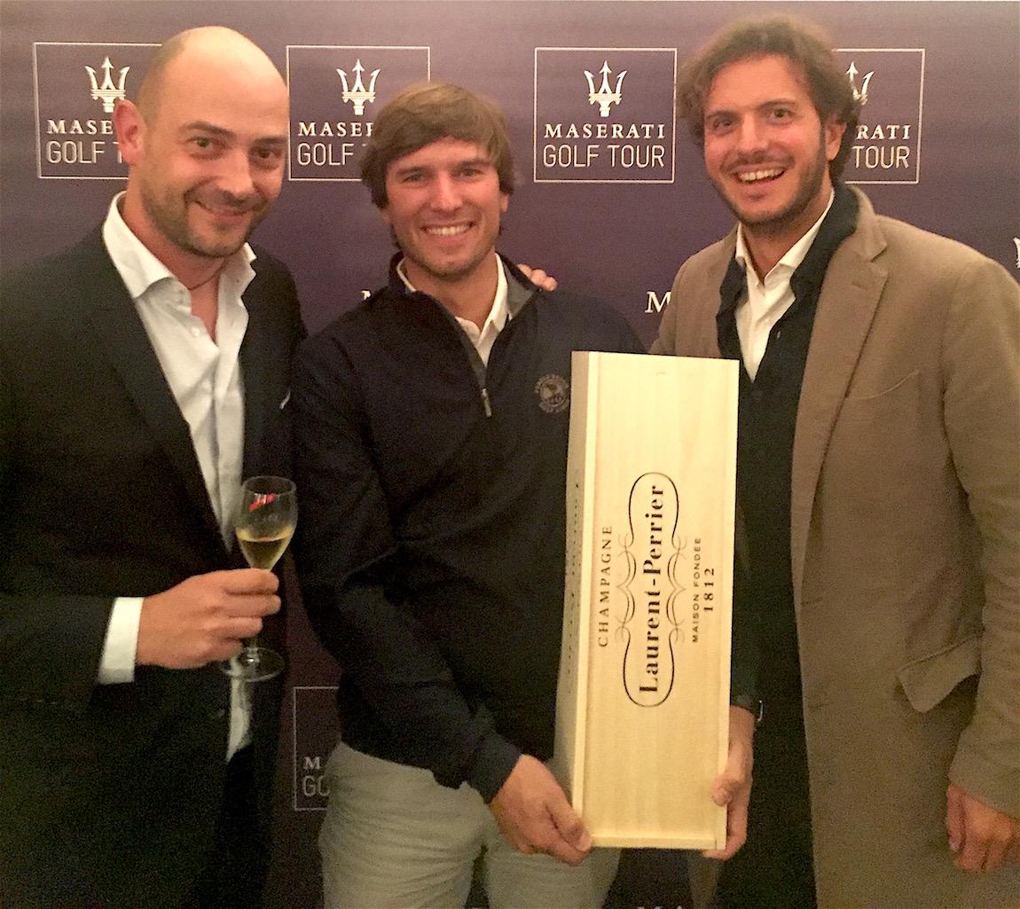 à gauche M. Guido Giovannelli, General Manager de Maserati West Europe. Au centre M. Favale, le vainqueur client Maserati Annecy, à droite M. Sébastien Fortuna, Directeur de Maserati Annecy