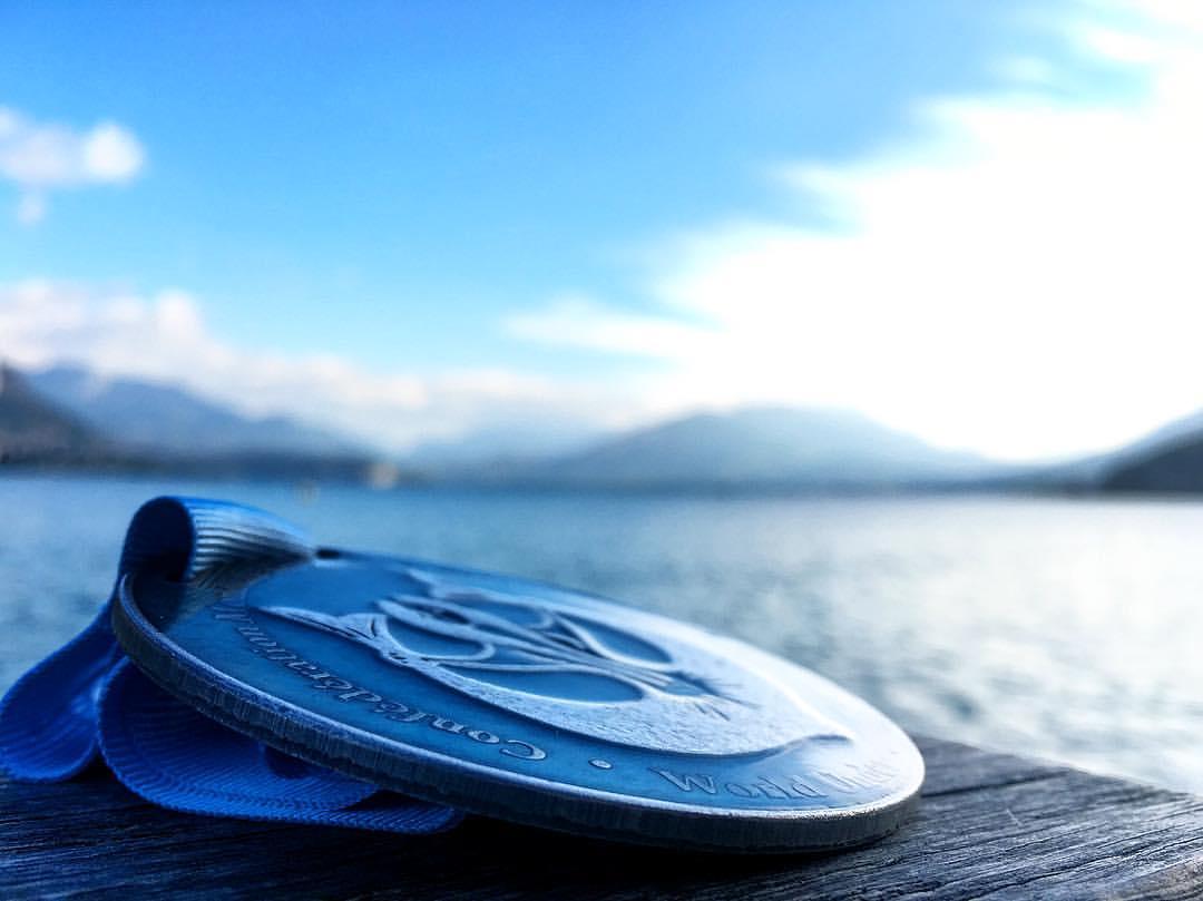 Médaille de Stéphane Tourreau,vice-champion du monde en 2016, sur les bords du Lac d'Annecy