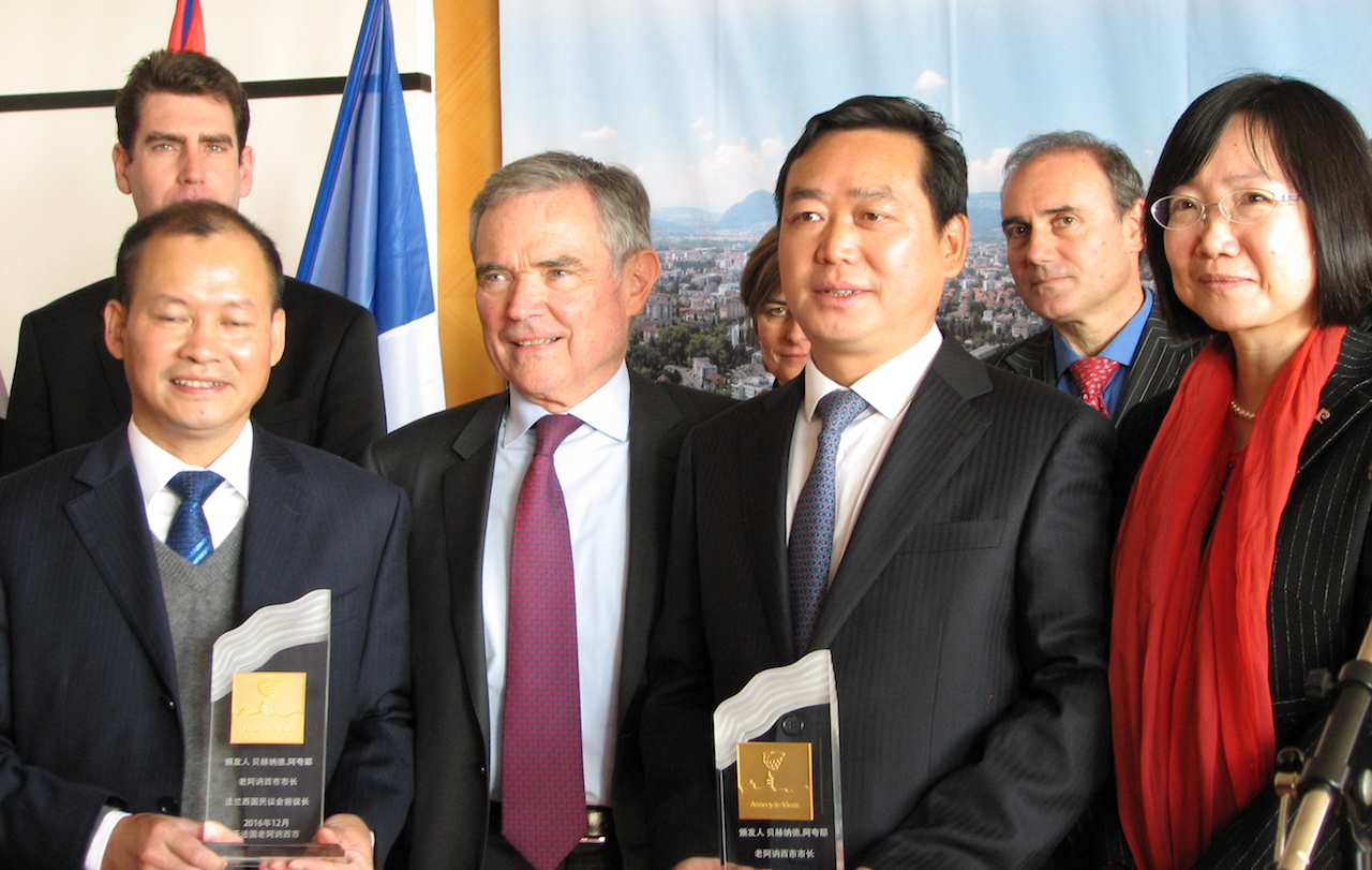 M. Bernard Accoyer, les responsables Chinois, dont Mme le Consul