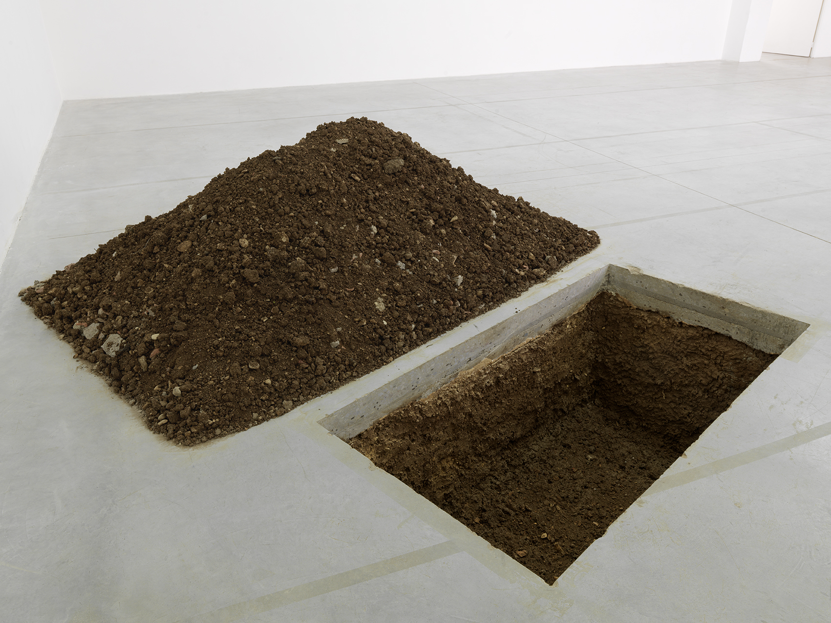 Maurizio Cattelan. Untitled (The Grave). Coll Le Consortium (Photo André Morin)