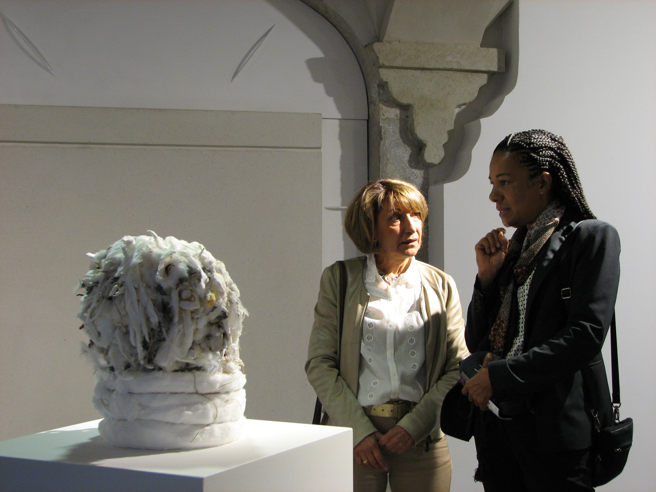 Myriam Mihindou (à droite) présentant l'une de ses œuvres