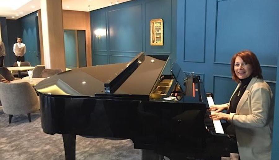 Au piano Chez Jean Sulpice. Auberge du Père Bise (mai 2017)