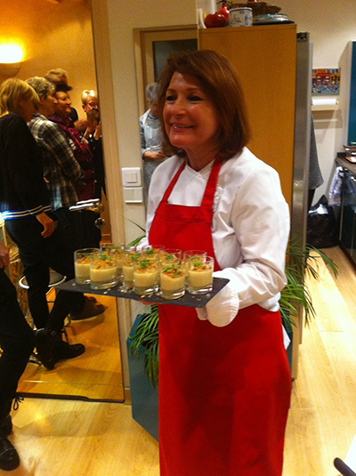 Christine Rassat présente les panna cotta au foie gras pour dégustation