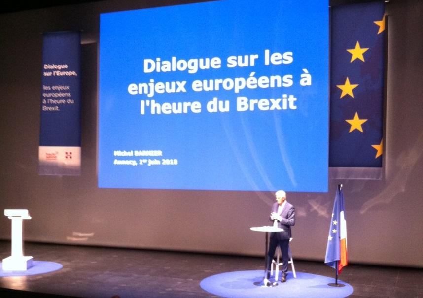 Salle comble et ovation pour Michel Barnier ©Paul Rassat