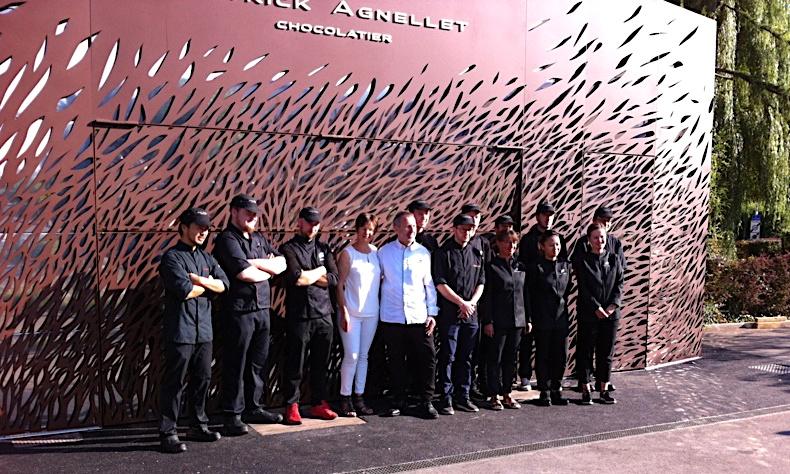 Toute l'équipe, juste avant la réouverture comme devant une mer de chocolat - Patrick Agnellet Chocolatier Annecy