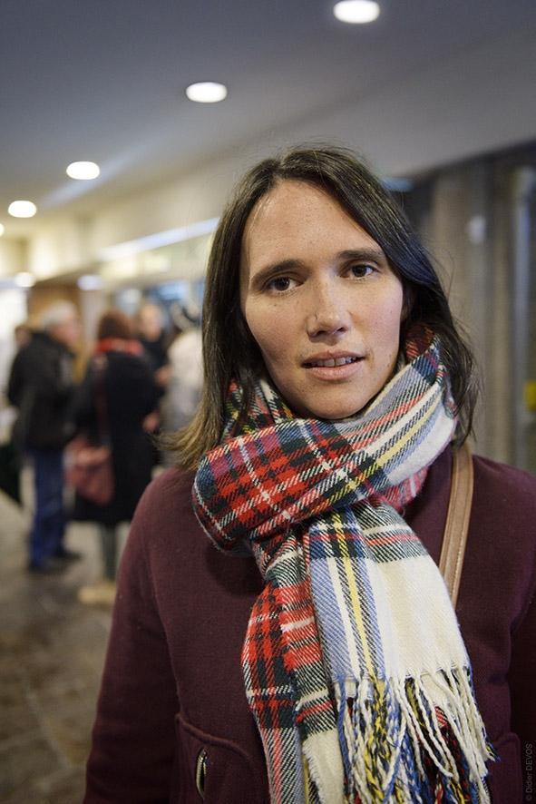 Photo de Jeanne Herry prise presque à la volée par Didier Devos devant les Nemours