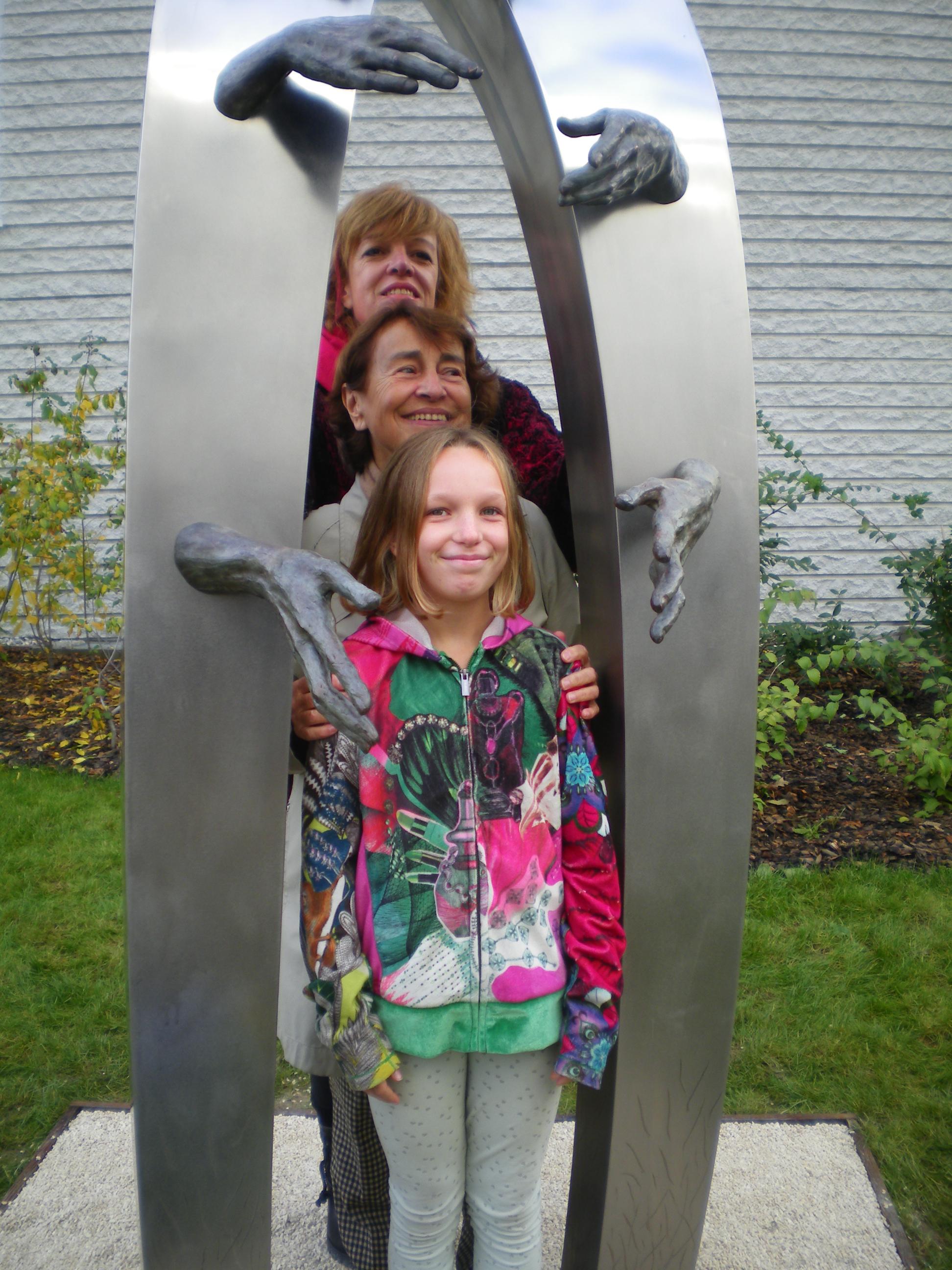 Entre Kymia et l'une de ses enfants,Suzanne Desbois, apparentée à Suzanne Noël