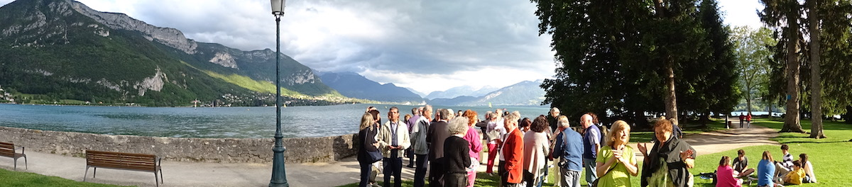 Un moment de détente partagé au bord du lac d'Annecy