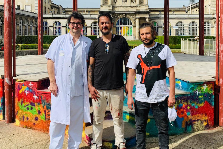 Le professeur Patrick Henry, Cyril Kongo et Cyril Bismuth devant l'hôpital Lariboisière ©DR