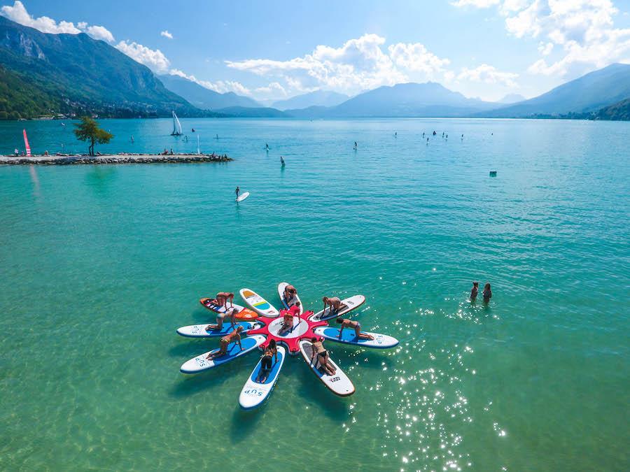 Du yoga-paddle sur le lac d'Annecy ©Jean-Marc Favre