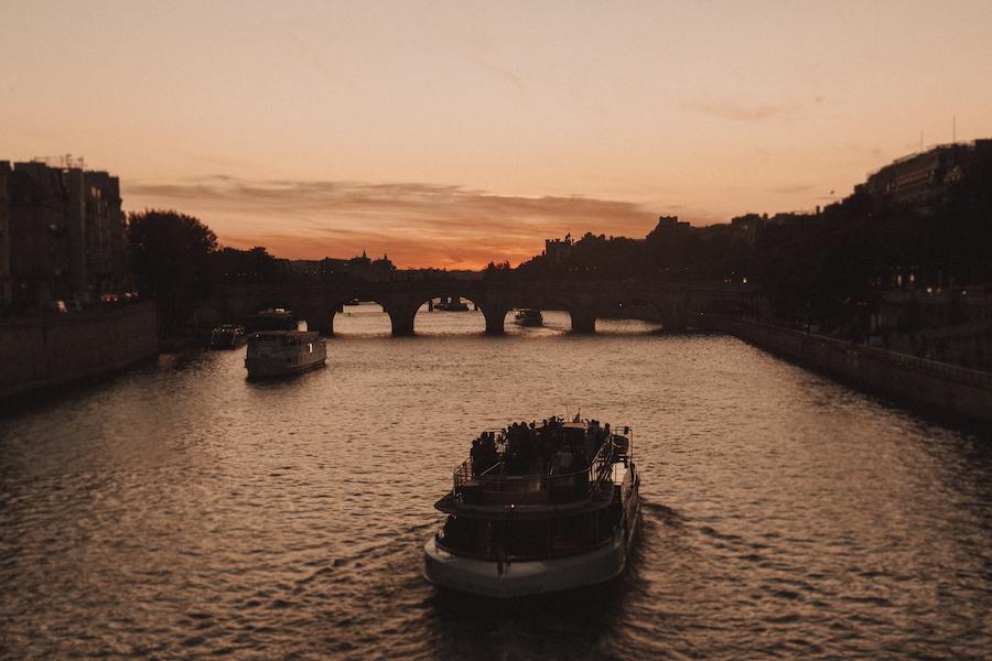 Péniche parisienne sur la Seine ©Rémi Bertogliati