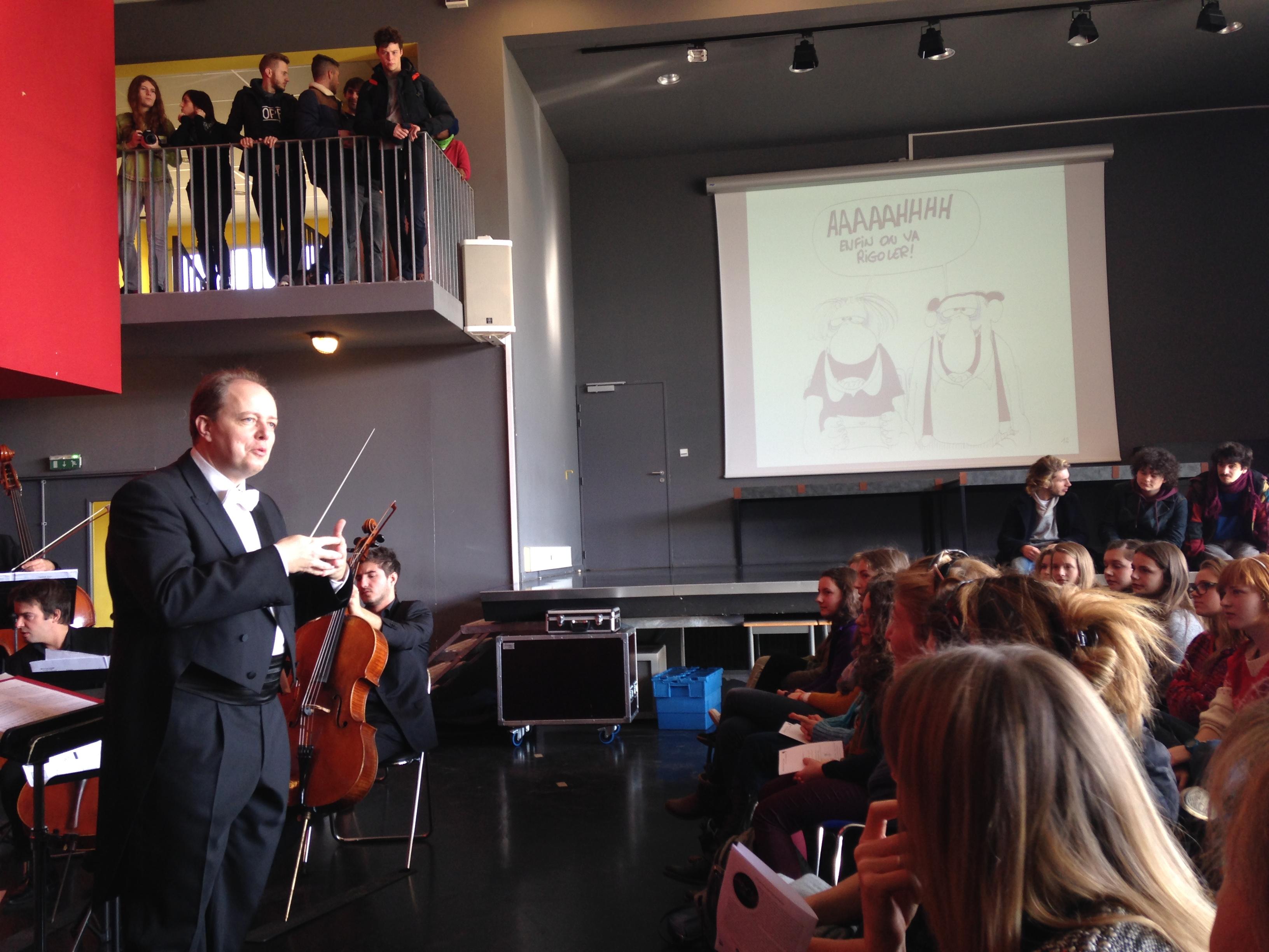 Nicolas Chalvin, au beau milieu du public et des musicien-ne-s ©AuroreFossardDeAlmeida