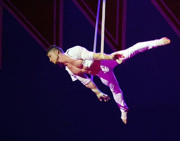 Aux sangles aériennes, le virevoltant Alexandro / Copyright Le Grand Cirque Sur l'Eau