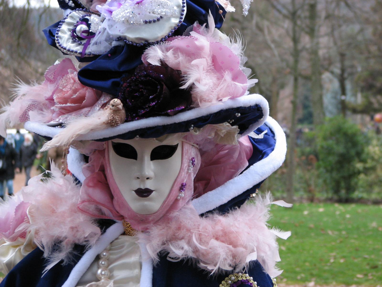 """Grand succès du carnaval vénitien ce samedi 20 février à Annecy qui justifie son appellation de """"Petite Venise des Alpes""""."""