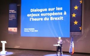 Salle comble et ovation pour Michel Barnier